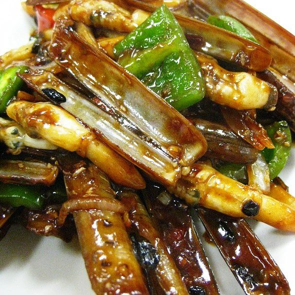 Razor Clams in Wok Fried Green Pepper Black Bean Sauce.